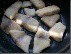 Тушеная рыба в томатном соусе: Обжарить рыбу с двух сторон