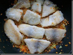Тушеная рыба в томатном соусе: Кладем рыбу на овощную поджарку
