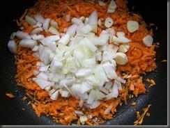 Тушеная рыба в томатном соусе: Добавить к морковке лук