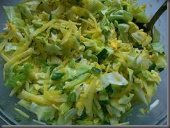 Салат из свежей капусты, огурцов и редиски: Добавить соль и перец