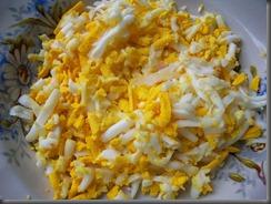 Салат из свежей капусты, огурцов и редиски: Вареные яйца натереть на терке