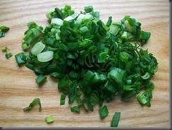 Салат из свежей капусты, огурцов и редиски: Зелень мелко порезать
