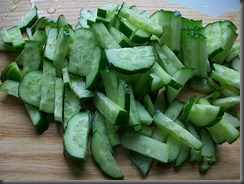 Салат из свежей капусты, огурцов и редиски: Огурцы порезать