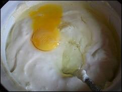 Соус Бешамель: Добавляем яйца по одному