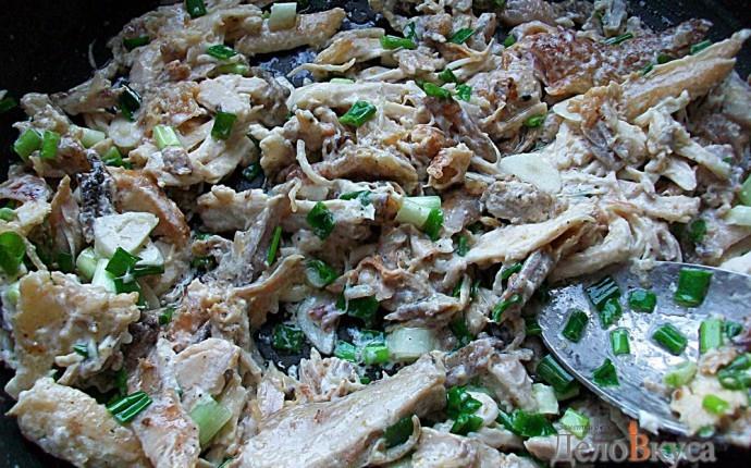 Курица в сметане с чесноком и зеленью