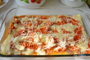 Лазанья: Посыпаем соус тертым сыром