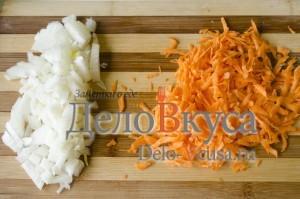Зеленый борщ со щавелем и крапивой: Порезать лук и натереть морковку