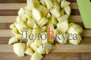 Зеленый борщ со щавелем и крапивой: Порезать картошку