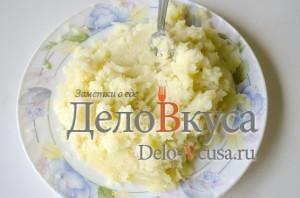 Зеленый борщ со щавелем и крапивой: Размять картошку