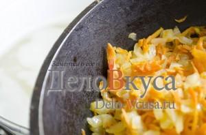 Зеленый борщ со щавелем и крапивой: Добавить морковь и лук
