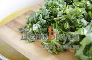 Зеленый борщ со щавелем и крапивой: Добавить щавель