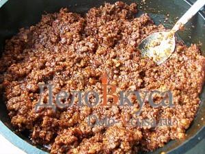 Мясной фарш с корицей и томатами
