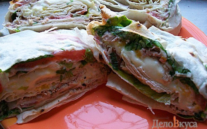 Многослойный рулет из лаваша. Закуска из лаваша с тунцом, зеленым салатом, помидорами, яйцом, сыром и зеленью
