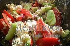 Летний салат с томатами, домашним сыром и огурцами