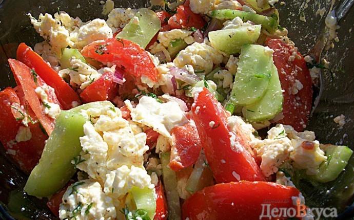 Салат с печенью помидором и огурцом