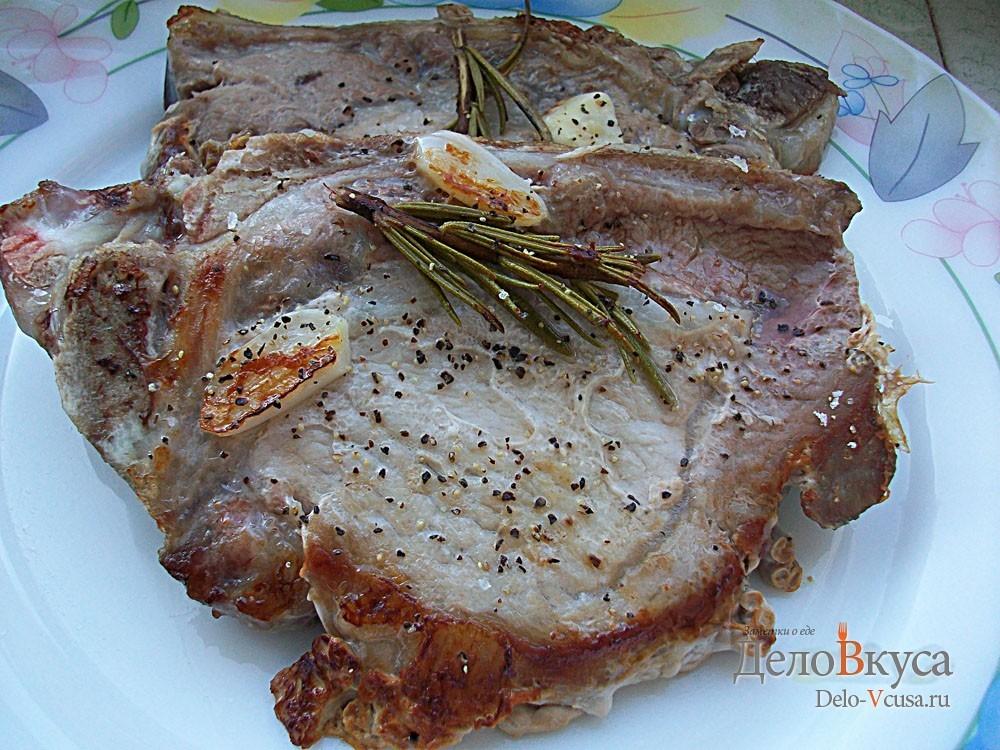 Свиные стейки с розмарином и чесноком жареные без масла