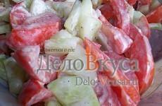 Салат с томатами и огурцами заправленный сметаной