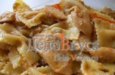Паста с соусом из курицы и овощей