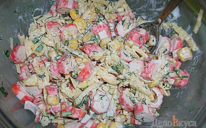 Салат из крабовых палочек, кукурузы и сыра