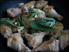 Куриные крылышки в вине. Куриные крылышки с розмарином и шалфеем тушеные в белом вине: фото к шагу 7