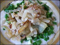 Сметанный соус с зеленью и жареным луком: фото к шагу 6.