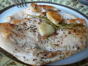 Куриное филе с розмарином и чесноком. Курица жареная без масла: фото к шагу 8.