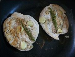 Куриное филе с розмарином и чесноком. Курица жареная без масла: фото к шагу 6.