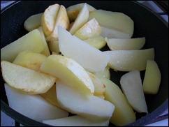 Запечённая картошка со сметаной и сыром: фото к шагу 3.