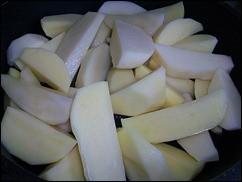 Запечённая картошка со сметаной и сыром: фото к шагу 2.