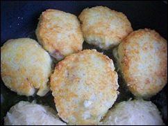 Картофельные драники с мясом под грибным соусом. Колдуны с мясом под соусом из сметаны и грибов. Деруны с мясом: фото к шагу 14.