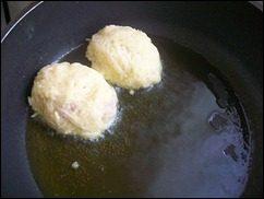 Картофельные драники с мясом под грибным соусом. Колдуны с мясом под соусом из сметаны и грибов. Деруны с мясом: фото к шагу 13.