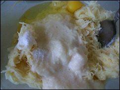 Картофельные драники с мясом под грибным соусом. Колдуны с мясом под соусом из сметаны и грибов. Деруны с мясом: фото к шагу 8.