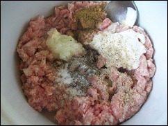 Картофельные драники с мясом под грибным соусом. Колдуны с мясом под соусом из сметаны и грибов. Деруны с мясом: фото к шагу 2.