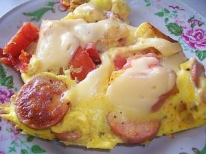 Омлет с сосисками, картошкой, помидорами и сыром: фото к шагу 16