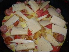 Омлет с сосисками, картошкой, помидорами и сыром: фото к шагу 14