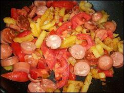 Омлет с сосисками, картошкой, помидорами и сыром: фото к шагу 12