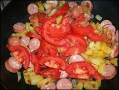 Омлет с сосисками, картошкой, помидорами и сыром: фото к шагу 11