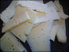 Омлет с сосисками, картошкой, помидорами и сыром: фото к шагу 7