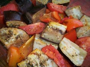 Печеные овощи. Баклажаны, томаты и перцы запеченные в духовке: фото к шагу 5.