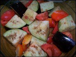 Печеные овощи. Баклажаны, томаты и перцы запеченные в духовке: фото к шагу 3.