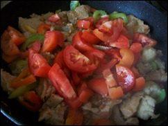 Индейка с овощами тушенная в сметане: фото к шагу 10.