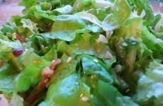 Зеленый салат с сыром и вяленым мясом