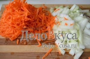 Голубцы: Лук мелко порезать, а морковку натереть на терке