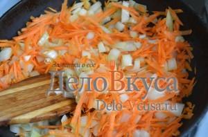 Голубцы: Обжарить морковку и лук на растительном масле