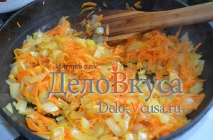 Голубцы: Обжариваем морковку с луком до прозрачности