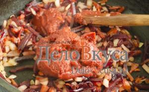 Украинский борщ: Добавить томатную пасту