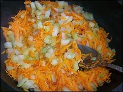Начинка для Каннеллони: добавляем в лук морковь
