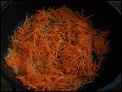 Начинка для Каннеллони: выкладываем морковку на сковородку