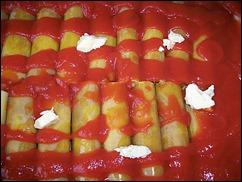Фаршированные каннеллони: поливаем трубочки томатной пастой и добавляем чуть масла