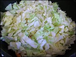 Добавляем капусту к слегка обжаренному луку и морковке